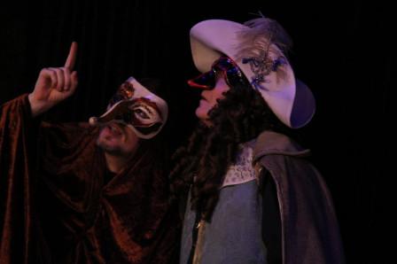 Cyrano tombé de la lune, masqué, face à De Guiche, masqué de même (2011)