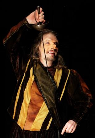 Cyrano : « Je fais lentement l'abandon du grand manteau qui me calfeutre et je tire mon espadon. » (2011)