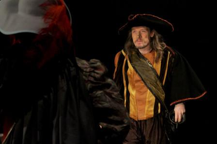 Cyrano fait face à Valvert, de dos à l'avant-plan (2011)