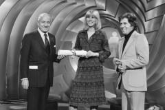 La tête et les jambes, photo de plateau avec deux candidats (?) tenant un rouleau de papier Philippe Gildas (à droite)
