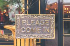 Pencarte « please come in » sur une vitrine par Artem Bali sur Unsplash.com