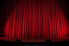 Rideau rouge de théâtre pas Rob Laughter sur Unsplash.com