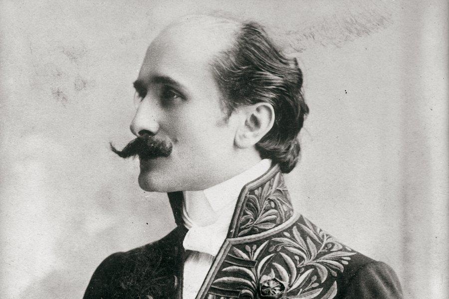 Edmond Rostand en uniforme d'Académicien – source Wikipédia