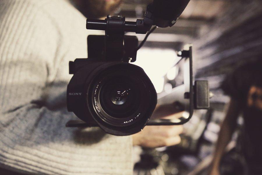 Caméra vidéo vue de face par Laura-Lee Moreau sur Unsplash.com