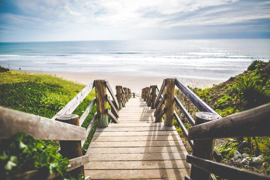 escalier à paliers en bois descendant vers la plage par Khanick Simonian sur Unsplash.com