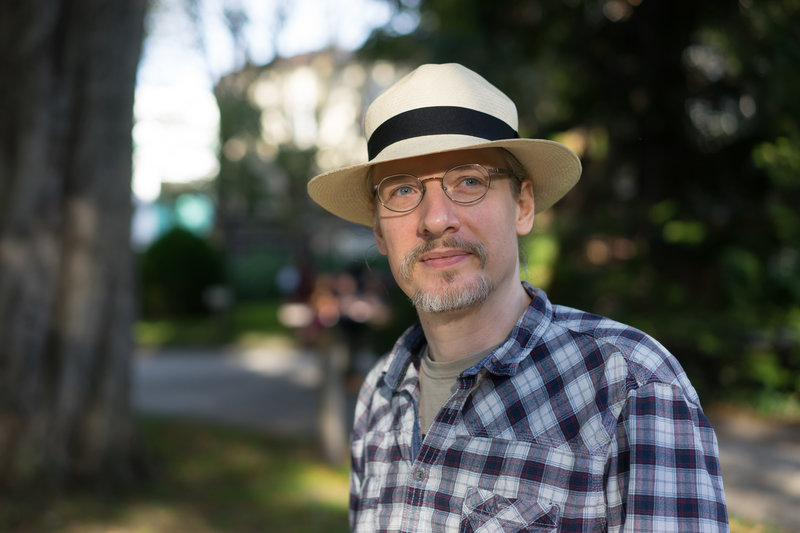 Buste trois-quarts face, avec panama et lunettes – photo Michel V